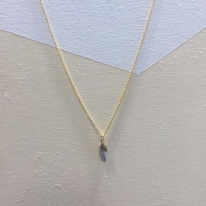 Collier fin doré une grande plume argentée et une petite dorée