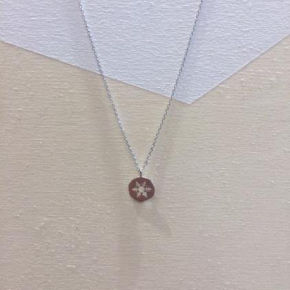 Collier argenté Flocon de neige sur médaillon en silhouette percée