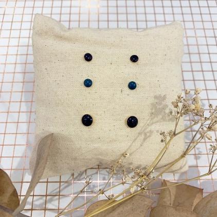 Boucles d'oreilles CLOU - petite puce bleu marine