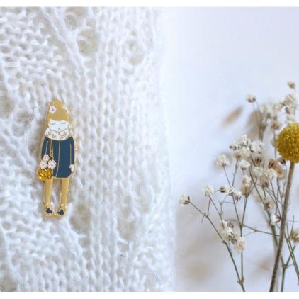 Pin's poupée bleue fleurie écharpe