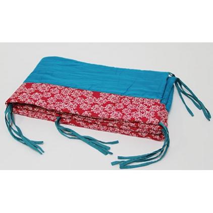 tour de lit 25 x 180 cm bleu - fond rouge et fleurs blanches